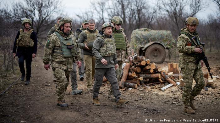 Президент України Володимир Зеленський з українськими військовими на Донбасі