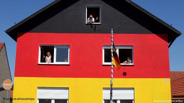 Дом в Зандберге, покрашенный в цвета флага Германии