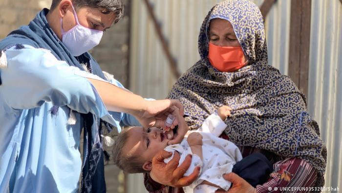 Foto bayi berusia satu tahun di Afganistan tengah diberi vaksin polio