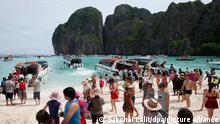 ARCHIV - 31.05.2018, Thailand, Krabi: Touristen besuchen den Strand Maya Bay, der durch den Film «The Beach» bekannt geworden ist. Thailands Behörden verlängerten das seit Juni geltende Besuchsverbot für Touristen am Dienstag um unbestimmte Zeit. (zu dpa «The Beach»-Traumstrand bleibt auf unbestimmte Zeit geschlossen vom 03.10.2018) Foto: Sakchai Lalit/AP/dpa +++ dpa-Bildfunk +++