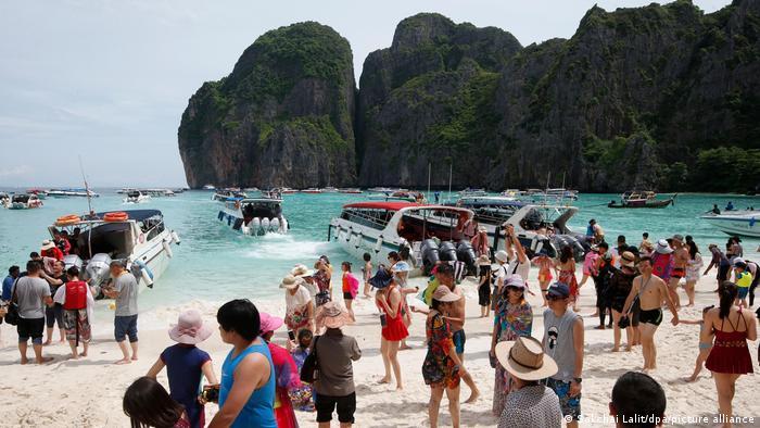 Personas y barcos en la playa de Maya Bay, en Tailandia.