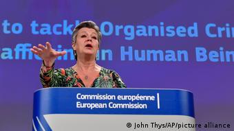 Η επίτροπος Γιοχανσον αρνείται προς τον παρόν το ελληνικό αίτημα χρηματοδότησης της ακτοφυλακής