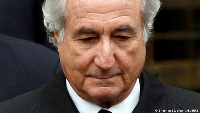 Madoff fue sentenciado a 150 años de cárcel en 2009 por estafar a decenas de miles de personas en varios países del mundo. El valor total de la estafa fue estimado en casi 65.000 millones de dólares. Las autoridades estadounidenses han confiscado unos 4.000 millones de dólares vinculados a Madoff y esperan devolver este dinero a sus víctimas (14.04.2021).