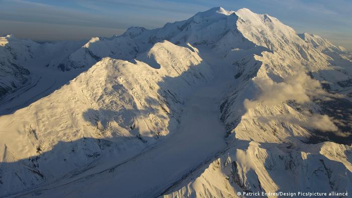 En la parte superior del glaciar Muldrow se formaron grietas debido a la presión del hielo.