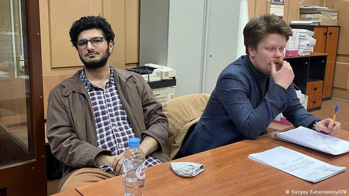 Главный редактор российского студенческого журнала DOXA Армен Арамян (слева)
