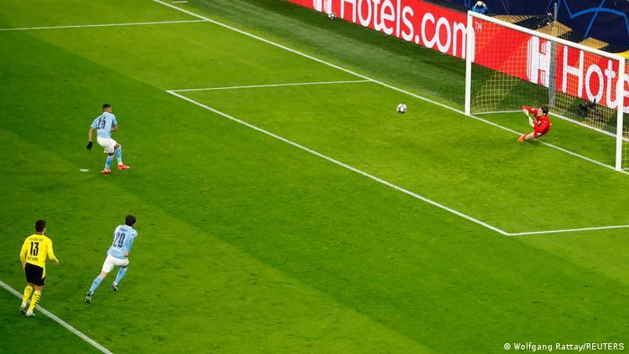 Полузащитник Манчестер Сити Рияд Марез забивает пенальти в ворота дортмундской Боруссии