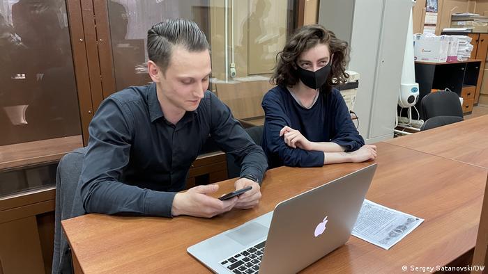 Журналист издания DOXA Алла Гутникова с адвокатом в Басманном суде