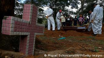 Похороны умершего ковидного больного на одном из кладбищ Сан-Паулу
