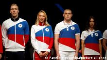 Athleten zeigen die olympischen Uniformen für russische Sportler. Russland präsentierte seine olympische Bekleidung für die Spiele in Tokio, auf dem keine Symbole des Landes abgebildet sein sollen. Russische Athleten werden bei den Olympischen Spielen in Tokio als Neutrale antreten, nachdem der Court of Arbitration for Sport im vergangenen Dezember Russland wegen staatlich unterstützten Dopings die Verwendung seines Namens, seiner Flagge und seiner Hymne bei allen Weltmeisterschaften für die nächsten zwei Jahre verboten hat. +++ dpa-Bildfunk +++