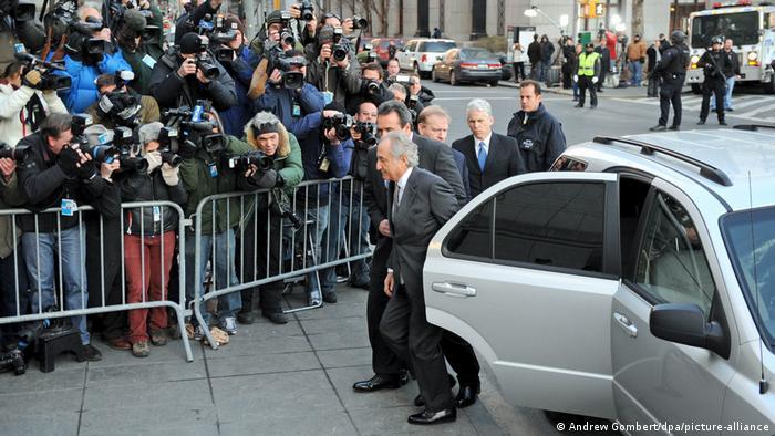 برنارد میداف در دادگاه سال ۲۰۰۹ محاکمه شد و به ۱۵۰ سال زندان محکوم و مستقیما به زندان فرستاده شد. ۴۵ هزار وکیل در سراسر جهان شکایتهای مالی بر علیه میداف تنظیم کرده بودند.