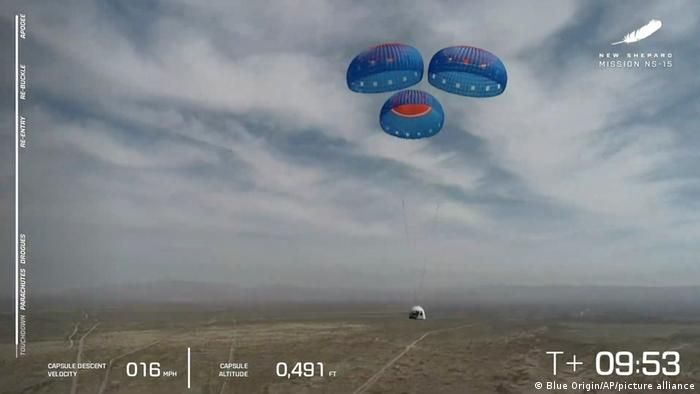 La cápsula New Shepard utiliza paracaídas para aterrizar durante una prueba.