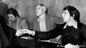 Klaus Fischer (r.) mit Rolf Rüssmann (M.) und Stan Libuda beim Meineid-Prozessv 1976