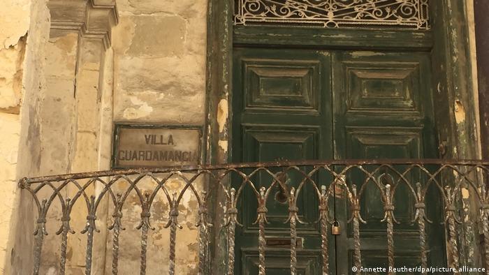 Fachada en ruinas de la Villa Guardamangia.