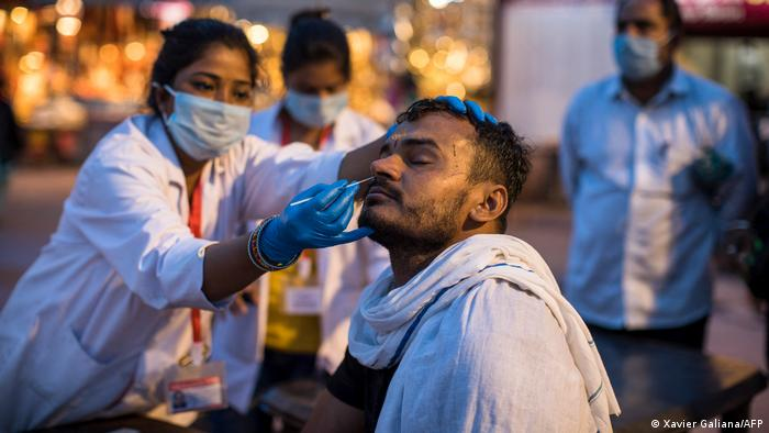برخی کارشناسان به این نظر اند که وضعیت به ویژه به خاطر شیوع نوعی ساریتر ویروس جهش یافته دوگانه موسوم به (B.1.617) وخیم شده است. این نگرانی باعث شده است که بسیاری کشورها ممنوعیت موقتی ورود مسافران از هند را وضع کرده و نسبت به سفر به این کشور هشدار داده اند. ایالات متحده امریکا حتی به آن شهروندان خود که واکسین کرونا را تزریق کرده اند، هشدار داده که به هندوستان سفر نکنند.