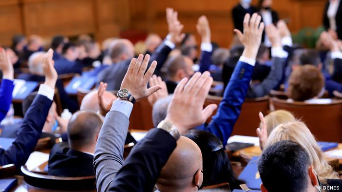 Депутати по време на първото заседание на новия парламент