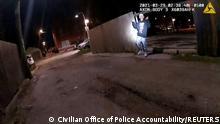 USA 13-jährige Adam Toledo hält seine Hände einen Sekundenbruchteil hoch, bevor er von der Polizei erschossen wurde