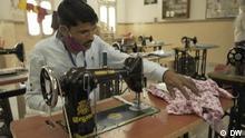 DW Sendung Global 3000 | Indien Mann an Nähmaschine