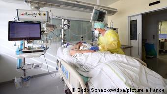 Пациент с COVID-19 в палате интенсивной терапии одной из больниц Тюрингии в Германии