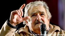ARCHIV - In Uruguay spricht der seinerzeit gefürchtetste Tupamaru-Rebell und heutige Präsidentschaftskandidat der regierenden Linksunion Frente Amplio, José Mujica, bei einer Wahlkampfveranstaltung und erntet dafür, dass er den 600 reichsten Unternehmern seines Landes die Leviten liest, tosenden Beifall (Archivfoto vom 09.08.2009). Der für sein loses Mundwerk berüchtigte 74-jährige erkämpft mit seiner Chuzpe so manchen Etappensieg im Kampf um die politische Mitte. EPA/IVAN FRANCO dpa (zu dpa-Korr.-Bericht: Ex-Guerillero will Uruguays Präsident werden am 18.10.2009) +++(c) dpa - Report+++