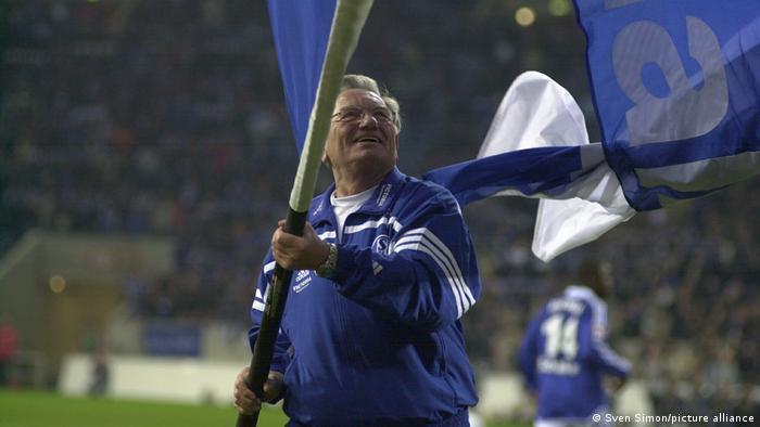 Deutschland Charly Neumann schwenkt die Fahne nach einem Fussballspiel