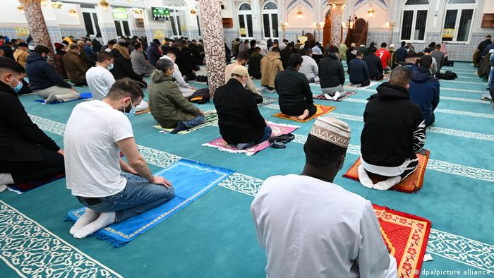 worshippers praying in a Frankfurt mosque