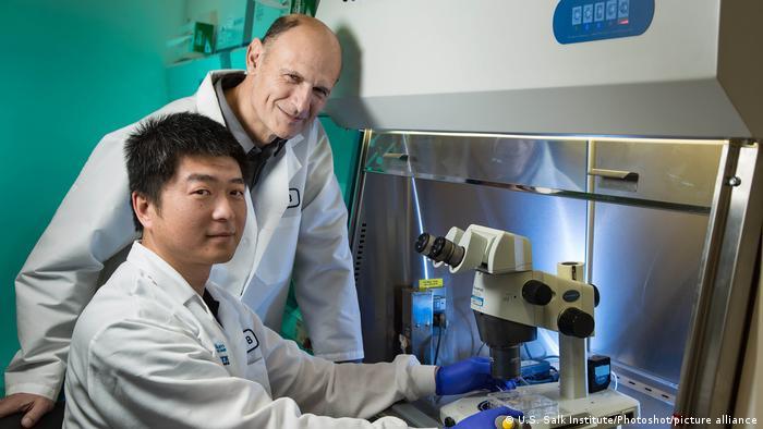 خوان کارلوس ایزپیسوا بلمونته در کنار همکار چینی خود یون وو