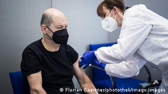 Министр финансов Германии, вице-канцлер Олаф Шольц прививается в Берлине вакциной от коронавируса AstraZeneca