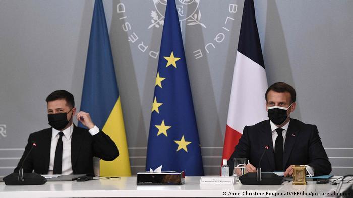Die Präsidenten Emmanuel Macron (r.) und Wolodymyr Selenskyj bei der Videokonferenz mit Kanzlerin Angela Merkel