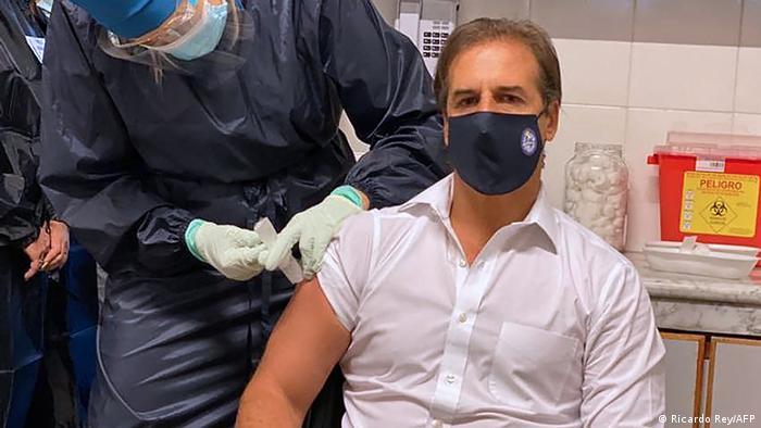 Luis Lacalle Pou, presidente de Uruguay, durante la vacunación con Coronavac
