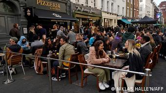 Посетители уличного кафе в Лондоне