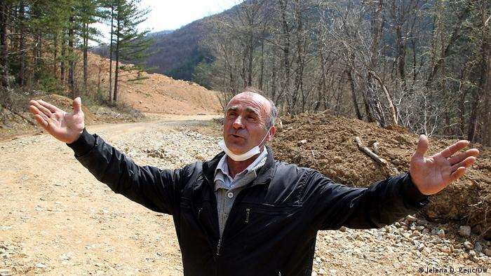 Stajkovac pokazuje gde je posečena šuma