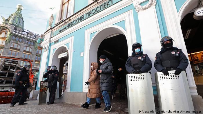 Policías rusos en San Petersburgo.
