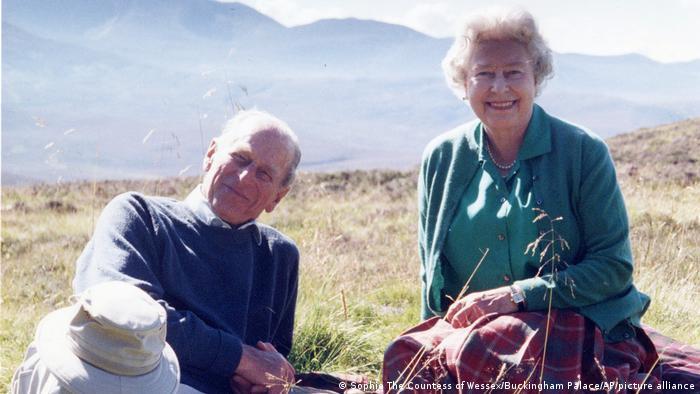 Edinburgh Dükü Prens Philip ve Kraliçe II. Elizabeth, 2003 yılında İskoçya'da bir kır gezisi sırasında dinlenirken