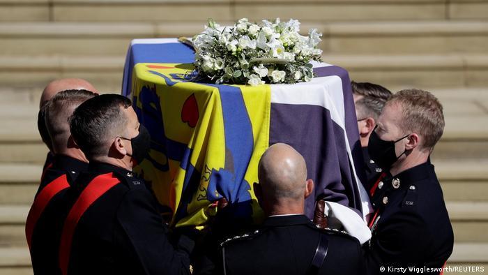 Sargträger halten den mit Blumen geschmückten Sarg von Prinz Philip.
