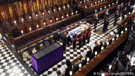 Blick auf den Sarg und die Trauergäste in der St. George's Chapel von oben