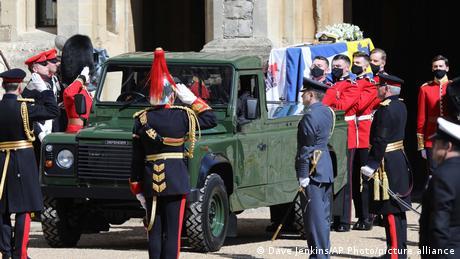 Der Sarg von Prinz Philip wird auf eine grünen Landrover geladen.