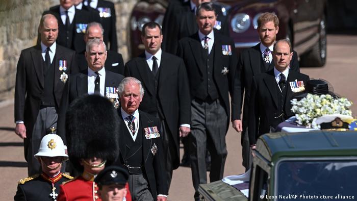 Príncipes Charles, Andrew, William e Harry acompanharam caixão a pé até Capela de São Jorge no funeral do príncipe Philip