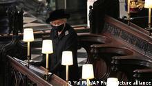 Rainha Elizabeth sozinha durante o funeral do marido, príncipe Philip