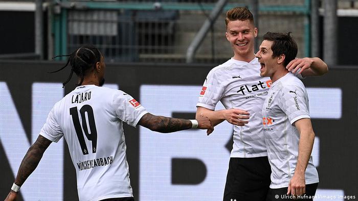 Jonas Hofmann celebrates his goal with his Borussia Mönchengladbach teammates