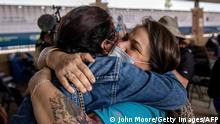 Eine Helferin (r.) in Brownsville empfängt Ende Februar die erste Gruppe von Einwanderern, die die Grenze überqueren durften