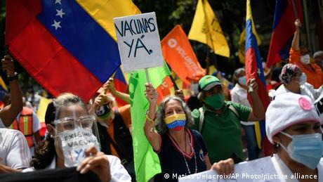 Ciudadanos venezolanos piden Vacuna ya este 17 de abril en Los Palos Grandes, un suburbio de Caracas