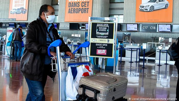 Frankreich Passagiere im Flughafen Nice Cote d'Azur