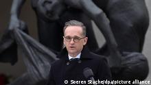 """Heiko Maas (SPD), Bundesaußenminister, spricht im Rahmen der Zentralen Gedenkveranstaltungen zum Tag der Befreiung im Gedenkort """"Station Z"""" in der Gedenkstätte Sachsenhausen vor der Figurengruppe von Bildhauer Waldemar Grzimek. Als """"Station Z"""" bezeichnete die SS ein Anfang 1942 errichtetes Gebäude, das Krematorium und Vernichtungsort war. Z als letzter Buchstabe des Alphabets, stand in zynischer Weise für die letzte Station im Leben eines Häftlings."""