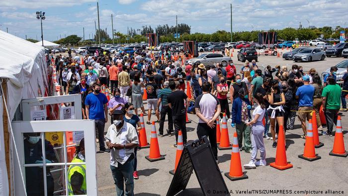 Foto de personas que hacen fila en Miami para vacunarse