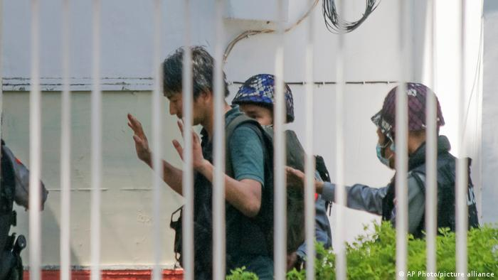 Militer menangkap para jurnalis