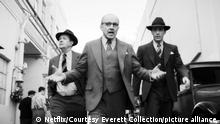 MANK, from left: Gary Oldman as Herman Mankiewicz, Arliss Howard as Louis B. Mayer, Tom Pelphrey as Joseph Mankiewicz, 2020. © Netflix / Courtesy Everett Collection