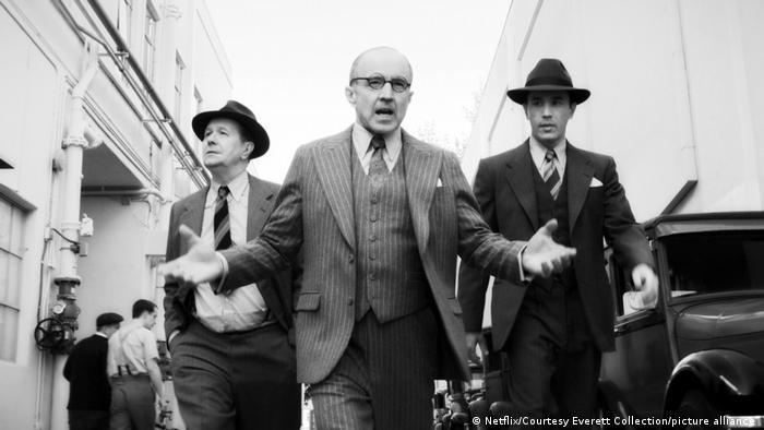 O produtor Louis B. Mayer interpretado por Arliss Howard (centro) em cena de 'Mank'