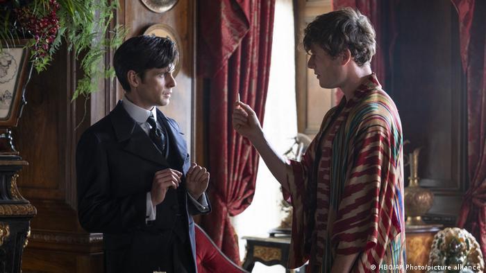 Os atores Tom Riley, à esquerda, e James Norton, em cena de 'The Nevers', novo seriado da HBO criado, escrito e co-dirigido por Joss Whedon