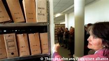 08.04.1995, Besucher in der Außenstelle Dresden des Bundesbeauftragten für die Unterlagen des DDR-Staatssicherheitsdienstes - die Öffentlichkeit konnte erstmals einen Blick in die Räume des Stasi-Archivs werfen. Allein in Dresden sind 1.900.000 Karteikarten, davon rund 400.000 Personenakten, eingelagert. Monatlich treffen hier 70 Anträge auf Akteneinsicht ein.