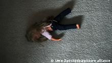 ARCHIV- ILLUSTRATION - Eine Puppe liegt am 13.05.2011 in Kassel in einem Kinderzimmer auf dem Teppich. Täglich sterben in Deutschland drei Kinder und Jugendliche bei Unfällen, weil ihnen Gewalt angetan wird oder weil sie sich umbringen. Insgesamt kamen im Jahr 2009 nach Angaben des Statistischen Bundesamtes 1076 Jungen und Mädchen im Alter bis zu 19 Jahren ums Leben. Aktuellere Daten liegen noch nicht vor. «Unfälle, Gewalt, aber auch Suizid zählen somit zu den häufigsten Todesursachen bei Kindern und Jugendlichen», heißt es in einer am Montag 09.01.2012 in Wiesbaden veröffentlichten Statistik. Foto: Uwe Zucchi dpa +++ dpa-Bildfunk +++
